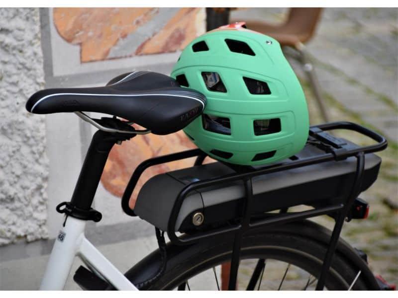 green-bike-helmet-on-ebike-with-rear-rack-battery